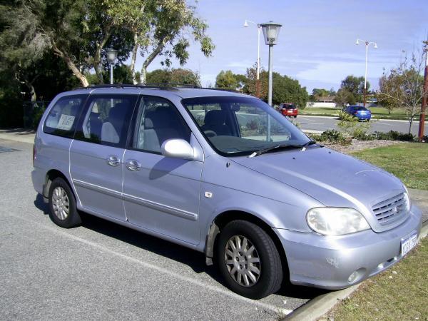 2004 Kia Carnival front